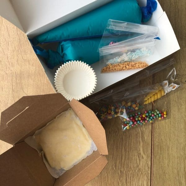DIY cupcake pakket, make your own cupcakes, DIY Corona kids package, zelf cupcakes bakken, quarantaine cupcakes bakken pakket